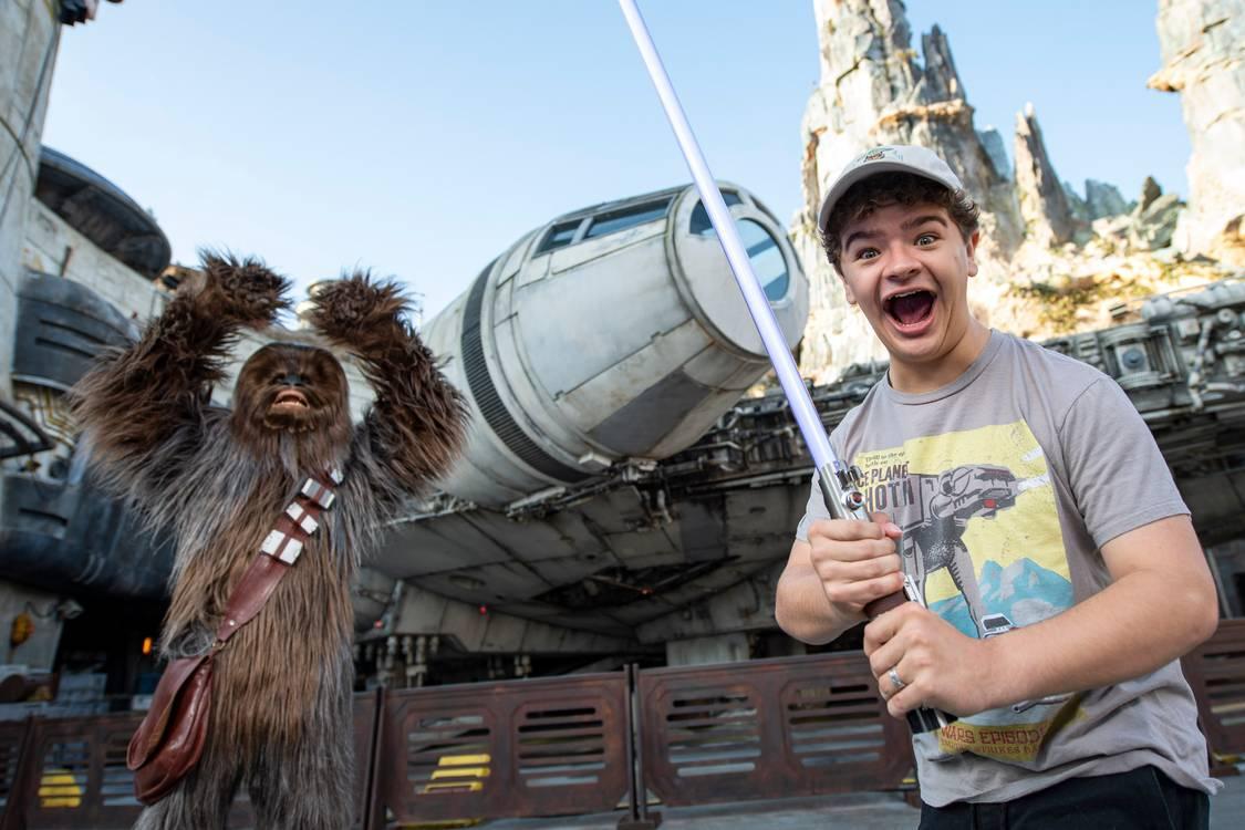 Gaten Matarazzo mostra sua versão do Chewbacca em visita ao Walt Disney World